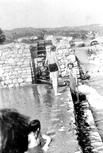 """Foto br 5: Kupači na Fikarevom zidu. Fikareva ćerka Draga došla da obiđe i vidi da li je sve u redu. Levo jezerce, """"dolap"""", desno """"buk"""" kako su ga zvali Užičani i dole Đulajića ćuprija, za koju se kažu da se za nju zna i pre nego se znalo za Užice."""