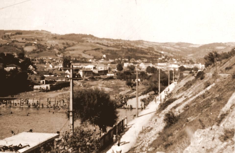 """Na ovoj retkoj fotografiji Sudije Bratislava Radosavljevića iz 1946. se vide sva tri užička kupališta tu gde je danas Plaža. Deo mesta gde jePlaža """"Jadran"""", levo je kupalište zvano Fikarova plaža sa svim svojim prirodnim i prirodi prilagođenim sadržajima. Desno preko reke, preko puta na rukavcu koji se odvaja prema jazovima je žensko kupalište """"Kod debele vrbe""""..."""