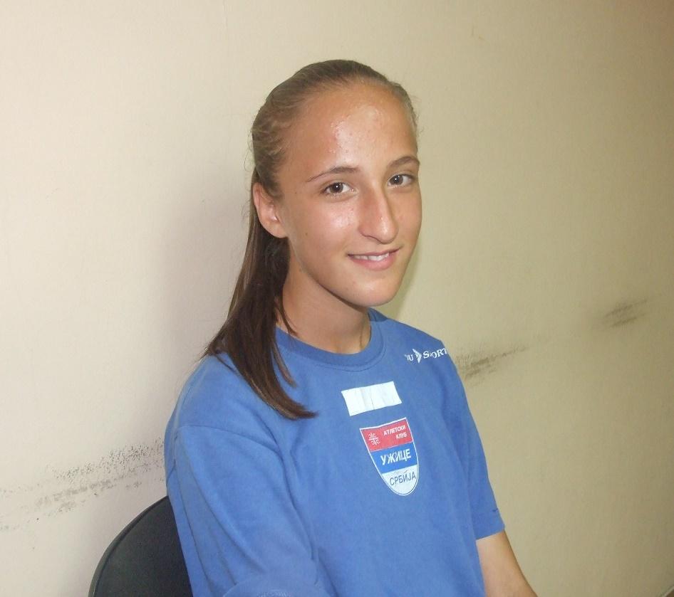 """И Александра Јовановић, која је рођена 2002. године, је дошла са Жељком. - Ове године сам постигла много добре резултате. Имам иза себе оборена три државна рекорда. На 1000, 1500 и 2000 метара и првакиња државе на 600 и друго место на 1500 метара за старије пионирке, првакиња државе у планинском трчању и у кросу иако немам много трка. Ја сам још увек млађа пионирка, али се сада спремам да оборим још један државни рекорд. Све ово не бих успела да није мојих клупских другара који су ме и на тркама и на тренинзима бордрили и помагали ми. Баш смо као прави тим и једно. Наравно, велике заслуге има и мој тренер. До даљег остајем у атлетици, али ко зна шта ће се у будућности десити. У клуб сам дошла након кроса """"За срећније детиењство"""". Тада је тата Раде видео да знам и волим да трчим, нашао број телефона мог тренера и успоставио контакт са њим. Тренер је након три тренинга видео да ја нешто знам и вредим и узео ме у своју екипу."""
