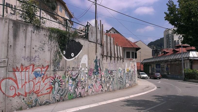 """""""Dorađuje se i potporni zid u vlasništvu grada, na gradskoj imovini, ali inspekcija juri nelegalnu gradnju na Vrutcima, pa nema vremena da dejstvuje u centru Užica..."""