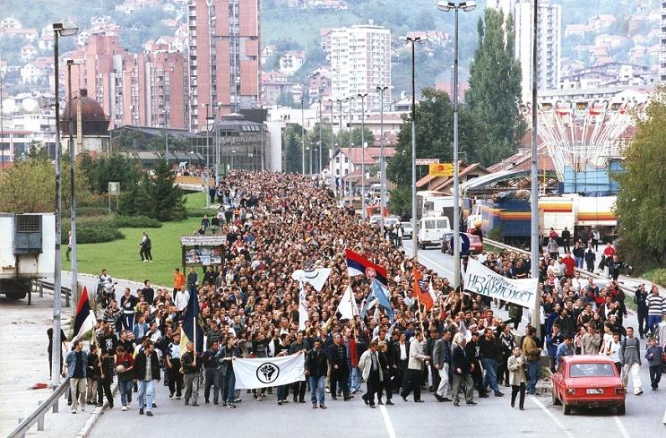 Протестне шетње у Ужицу, насловна страна тадашње Ужичке недеље, аутор фотографије чувени фоторепортер Милош Цветковић - Цвекла