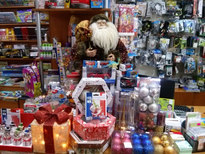 Новогодишњи украси, лед фигурице и разни занимљиви поклончићи