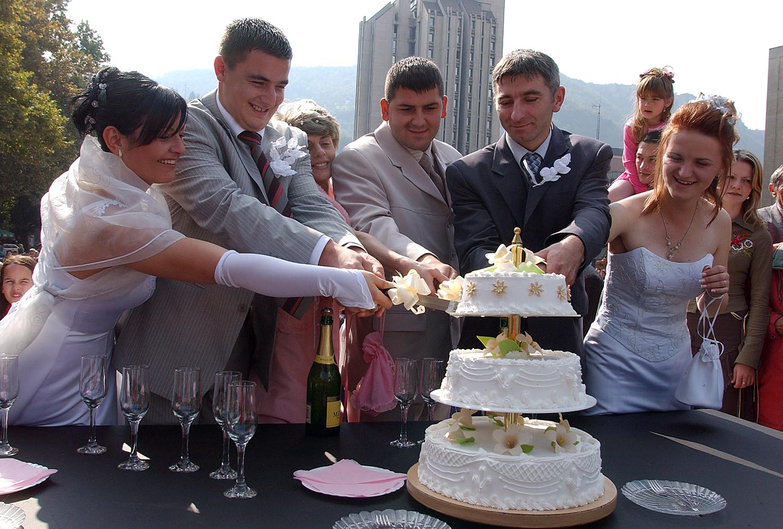 Uzice 9.10.2005 DAN UZICA Povodom dana Uzica po prvi put ogranizovano je kolektivno venzcanje.Prijavila su se tri para i napravili pravu festu na grackom trgu foto:Dragan Karadarevich