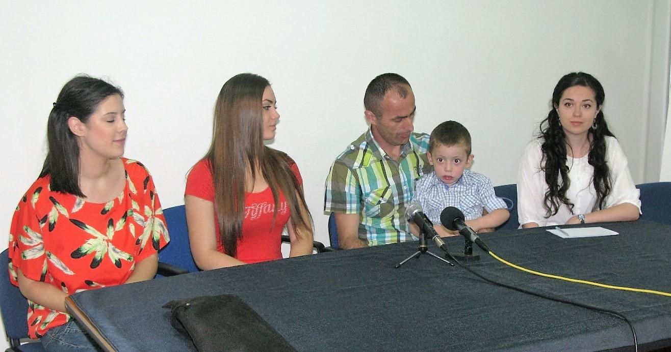 Mali Marko sa ocem i devojcice iz Uzicke gimnazije