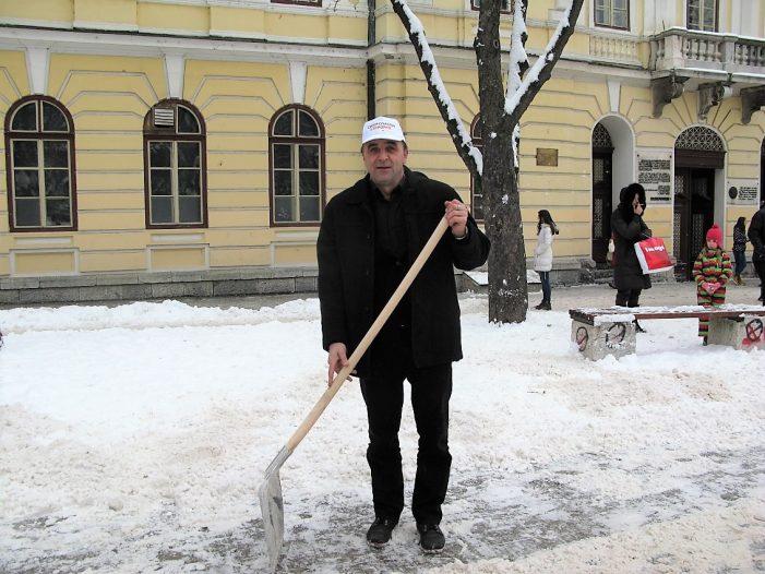 Функционери и директори СНС-а чистили снег