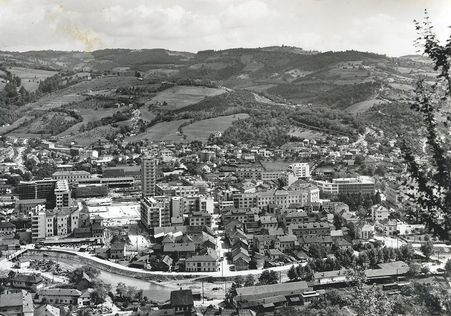"""-Где градити станове-  Но, пре почетка градње станова, у том тешком тренутку, кад се готово од уста одвајало за циглу, цреп, даску, наметнуло се и питање где градити породичне зграде. Мишљења су била подељена. Олдучујућа дискусија између присталица различитих мишљења водила се на седници Радничког савета 11. и 12. фебруара 1953. године. Од 19 присутних чланова за градњу у Титовом Ужицу гласало је 16, а за Севојно свега 3 члана. """"Тежња за изградњом стамбених објеката у Севојну је културна заосталост поједних личности. Ми морамо ићи тим путем да се наш индустријски радник са ситносопстевничким поседом макар и администативним путем пресели, да се поседа одрекне и да буде збиља индустријски радник, иначе под овим условима он је за индустрију штетан. Даље, ми не смемо занемаривати ни питање развоја града Титовог Ужица"""", наглашено је у дискусији. Пре коначног одмеравања мишљења, потегнути су и ових ови аргументи као: тешкоће у превозу ђака, домаћица, подизање школа, изградња путева, задовољавање културних потреба и друго. Колико је то питање било важно, донета је одлука да се колективу објасни због чега је дата предност изградњи у Титовом Ужицу. Али ова тема је била актуелна и даље, док је нови догађаји нису потиснули и, како је наведено у монографији, пракса потврдила правилност избора основне стамбене локације."""