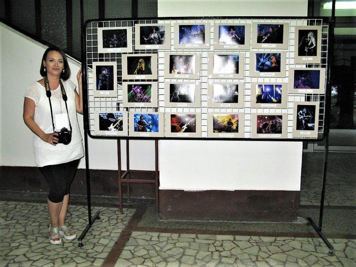 Девојка која фотографише музику